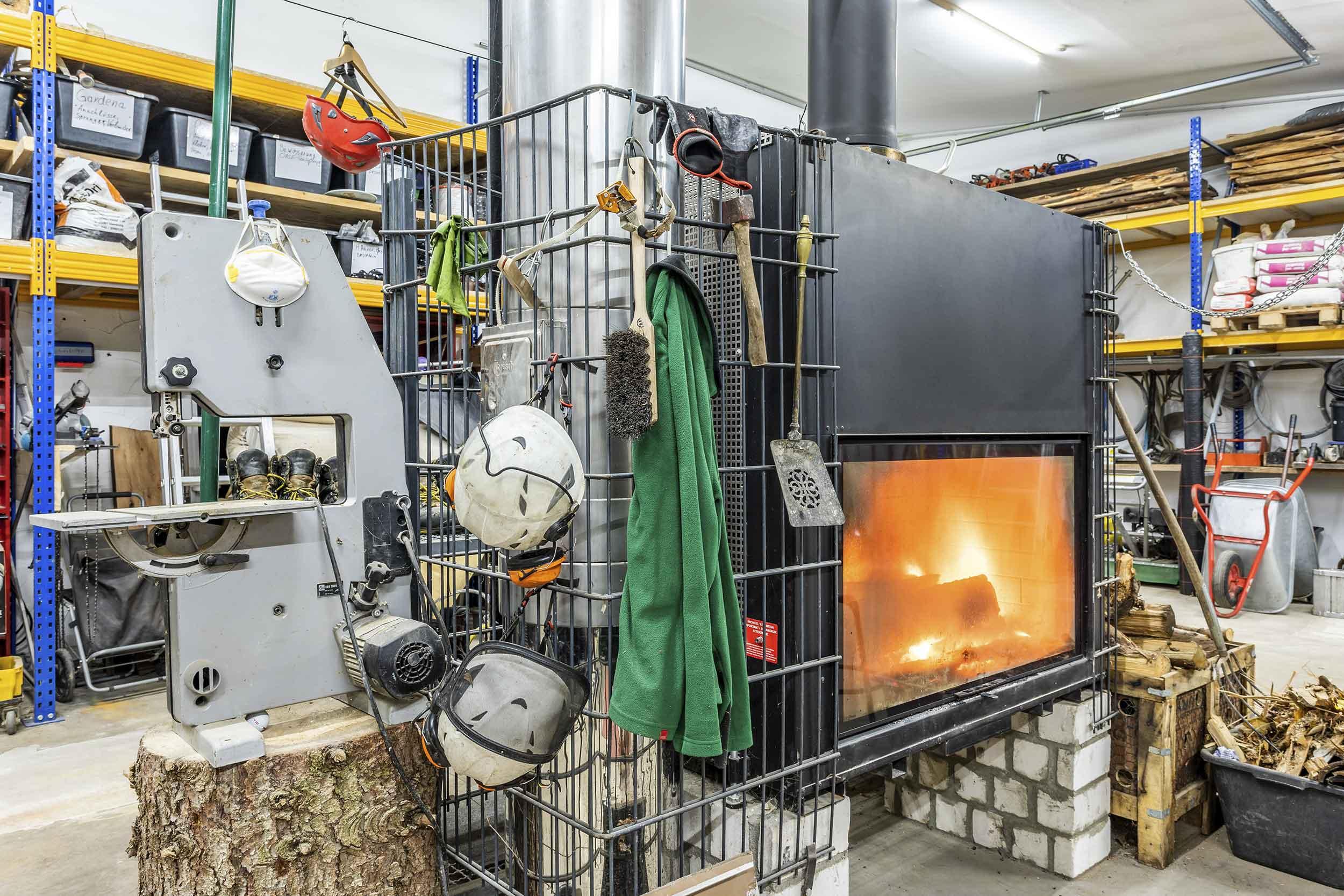 Bollerofen in der Werkstatt des Baumdienst Herkenrath Boon, Hennef und Siegburg
